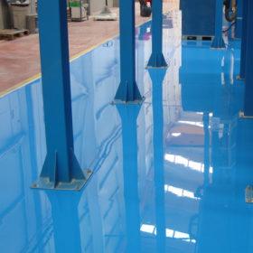 Detalle ajuste a pilares con suelo de resina