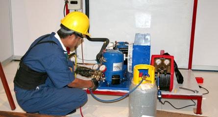 proceso de recarga de gas refrigerante